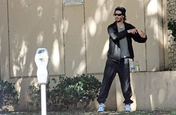 Keanu_reeves_practicing_tai_chi_061